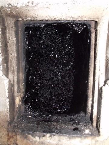 A ki nem égethető, használatban lévő égéstermék-elvezető belső felületén lerakódott szurokréteg