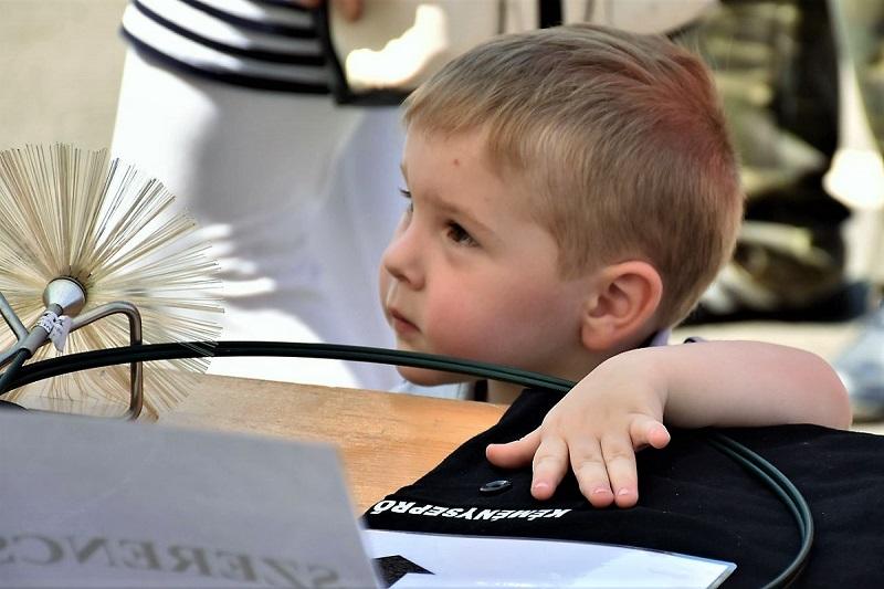 Érdeklődő kisfiú